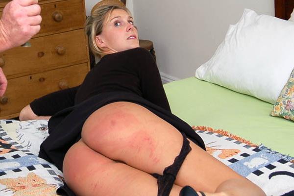 Frauen schlagen nackte Männer