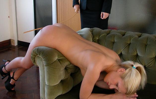 Nackt am bach